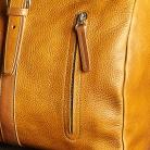1080 x 1080 px cestovka 2020 weekender cognac - detail on zip only.jpg